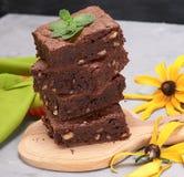 pila de pedazos cuadrados de torta del brownie del chocolate con las nueces imágenes de archivo libres de regalías