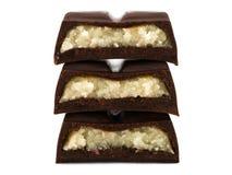 Pila de pedazos del chocolate con el relleno del mazapán fotos de archivo libres de regalías