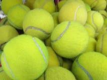 Pila de pelota de tenis usada foto de archivo