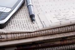 Pila de periódicos financieros Fotografía de archivo