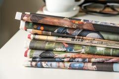Pila de periódicos y de taza de café Foto de archivo libre de regalías