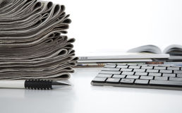 Pila de periódicos y de teclado Fotografía de archivo libre de regalías