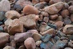 Pila de piedras cerca de la textura del fondo del banco de mar Foto de archivo libre de regalías