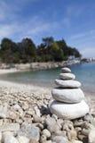 Pila de piedras, concepto del zen, en la playa arenosa Imágenes de archivo libres de regalías