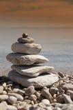 Pila de piedras, concepto del zen, en la playa arenosa Fotografía de archivo libre de regalías