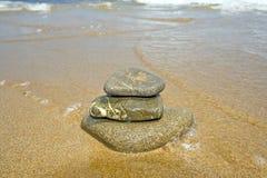 Pila de piedras en el agua Fotos de archivo libres de regalías