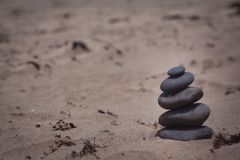 Pila de piedras en la playa Fotografía de archivo