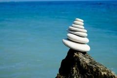 Pila de piedras lisas redondas en una costa Concepto del silencio de la paz de la balanza Imagen de archivo libre de regalías