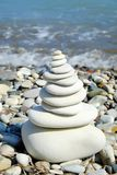 Pila de piedras lisas redondas en una costa Concepto del silencio de la paz de la balanza Imagenes de archivo