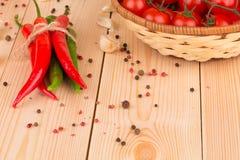 Pila de pimienta de chiles con los tomates Imagenes de archivo