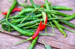 Pila de pimientas verdes y rojas Imagenes de archivo
