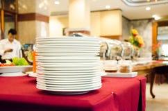 Pila de placa en barra de la comida fría Foto de archivo libre de regalías