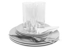 Pila de placas blancas, vidrios, forkes, cucharas. Fotos de archivo libres de regalías