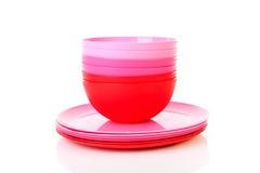 Pila de placas y de tazones de fuente plásticos rosados Imagenes de archivo