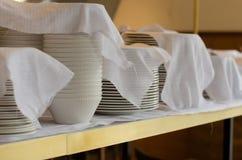 Pila de platos limpiados en un cuarto del restaurante Fotografía de archivo