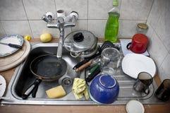 Pila de platos sucios en el fregadero del metal Fotos de archivo libres de regalías