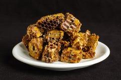 Pila de polen de la abeja o de pan de la abeja en el fondo negro Foto de archivo libre de regalías
