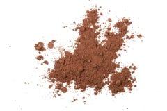 Pila de polvo de cacao aislada en el fondo blanco Fotos de archivo libres de regalías