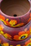 Pila de potes de cerámica mexicanos, fondo púrpura, flores anaranjadas Foto de archivo