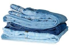 Pila de prendas de vestir exteriores de los tejanos. Fotos de archivo libres de regalías