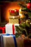 Pila de presentes en cajas debajo del árbol de navidad Foto de archivo