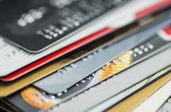 Pila de primer multicolor de las tarjetas de crédito fotografía de archivo libre de regalías