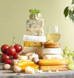 Pila de queso muchos diversos tipos con el vino Imágenes de archivo libres de regalías