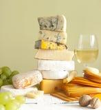 Pila de queso muchos diversos tipos con el vino Foto de archivo