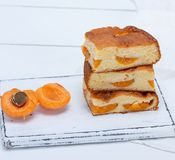 Pila de rebanadas cuadradas cocidas de una empanada de la galleta con los albaricoques fotos de archivo