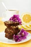 Pila de rebanadas deliciosas de la torta de chocolate con el relleno de las galletas Imagen de archivo libre de regalías