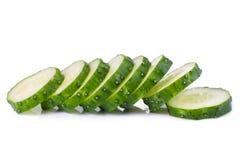 Pila de rebanadas verdes del pepino con la reflexión aisladas en blanco Imagen de archivo libre de regalías