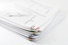 Pila de recortes de papel por los clips de papel Foto de archivo libre de regalías