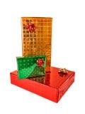 Pila de rectángulos de regalo de varios tallas y colores Aislado en blanco Fotografía de archivo libre de regalías