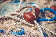 Pila de red de la pesca profesional con los cordones y los flotadores foto de archivo libre de regalías