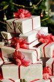 Pila de regalos de Navidad imágenes de archivo libres de regalías