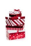 Pila de regalos de Navidad envueltos rojos y blancos Imagen de archivo libre de regalías
