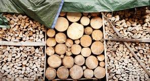 Pila de registros de madera como fondo Foto de archivo libre de regalías