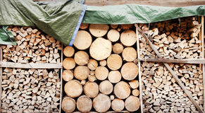 Pila de registros de madera como fondo Imagen de archivo libre de regalías