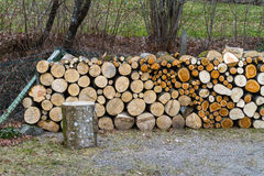 Pila de registros de madera naturales Foto de archivo libre de regalías