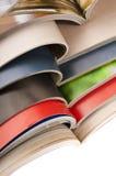Pila de revistas abiertas Fotos de archivo