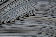 Pila de revistas abiertas sin los textos vistos del lado fotografía de archivo libre de regalías