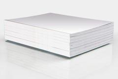 Pila de revistas con una cubierta en blanco Imagen de archivo libre de regalías
