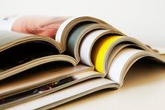 Pila de revistas impresas abiertas foto de archivo