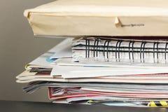 Pila de revistas y de papeles Fotografía de archivo libre de regalías