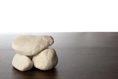 Pila de rocas blancas en estante de madera de marrón oscuro Foto de archivo libre de regalías