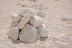 Pila de rocas en la playa arenosa Imágenes de archivo libres de regalías