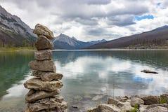 Pila de rocas por el lago medicine en Alberta fotografía de archivo