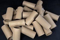 Pila de rollos del papel higiénico de la cartulina Fotografía de archivo libre de regalías