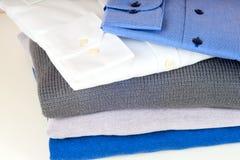 Pila de ropa aislada en blanco Fotografía de archivo libre de regalías