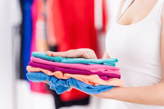 Pila de ropa colorida. Fotografía de archivo